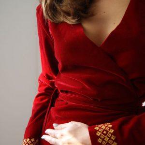 Rochie ocazie petrecuta din catifea cu maneca lunga si broderie minimalista